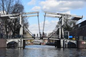 zugbrücke magere brug amstel grachtenfahrt amsterdam holland niederlande