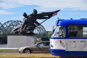 düna ufer statue strassebahn bootstour riga sehenswürdigkeiten lettland