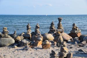 steinmännchen steilküste yachthafen grömitz ostsee strand schleswig holstein