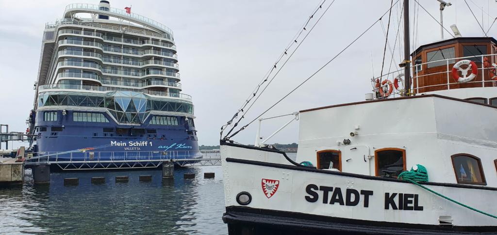 kreuzfahrtschiff tui mein schiff kreuzfahrthafen kiel ostsee schleswig holstein