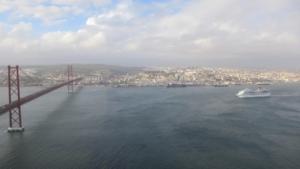 Städtetrip Lissabon Sehenswürdigkeiten Ausblick ChristusstatueCristo ReiHängebrücke Tejo Kreuzfahrtschiff Costa Fortuna Almada Portugal
