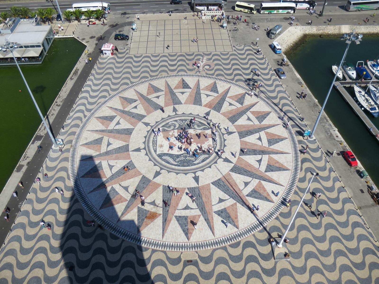 Städtereise Lissabon Sehenswürdigkeiten Vorplatz Windrose Padrão dos Descobrimentos Denkmal der Entdecker Belém Portugal