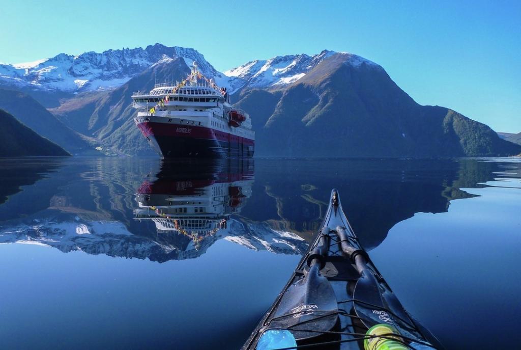 Hurtigruten MS Nordlys Kajak Tour Hjorundfjord Norwegen