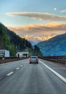 Autobahn Österreich Richtung Brenner Sonnenaufgang Sommer 2021 Corona