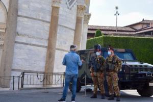 Schiefer Turm von Pisa Toskana Italien Sommer 2021 Corona Soldaten Maskenpflicht