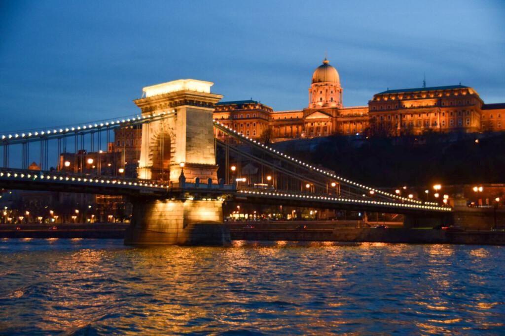 a-rosa Flusskreuzfahrt Donau Burgpalast Freiheitsbrücke Budapest bei Nacht Ungarn