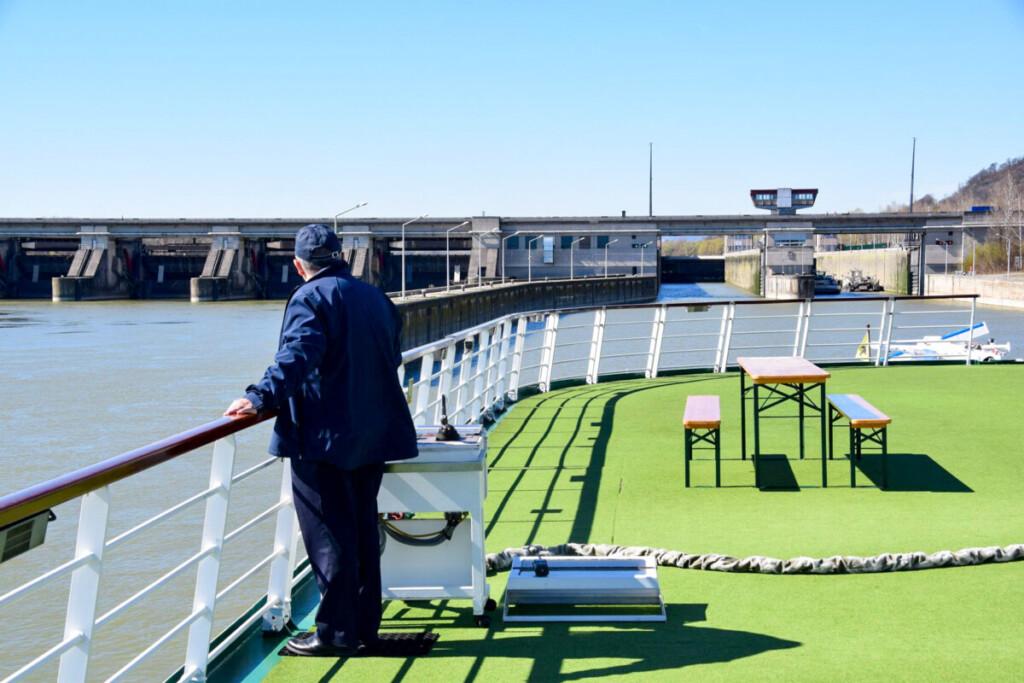 a-rosa Flusskreuzfahrt Donau Staustufe Schleuse externer Ruderstand