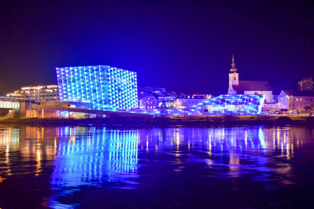 a-rosa Flusskreuzfahrt Donau Ars Electronica Center Linz Österreich nachts