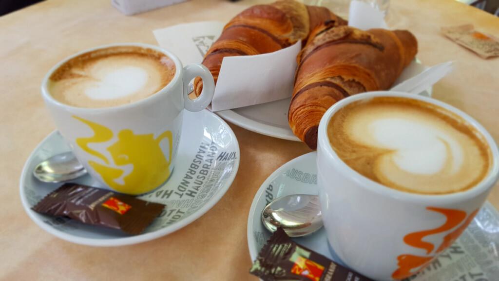 italienisches Frühstück Cappuccino Cornetto Grado Friaul-Julisch Venetien Italien