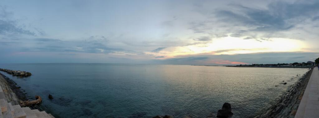 Panorama Strandpromenade Damm Diga abends Grado Friaul Julisch-Venetien Italien