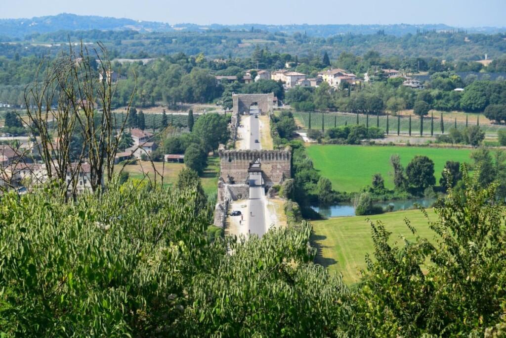 Ausblick Castello Scaligero Scaligerburg Ponte Visconteo Borghetto sul Mincio Gardasee Venetien Italien