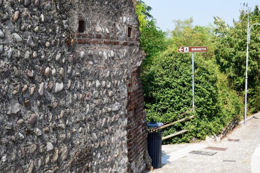 Castello Scaligero Scaligerburg Fussweg nach Borghetto sul Mincio Gardasee Venetien Italien