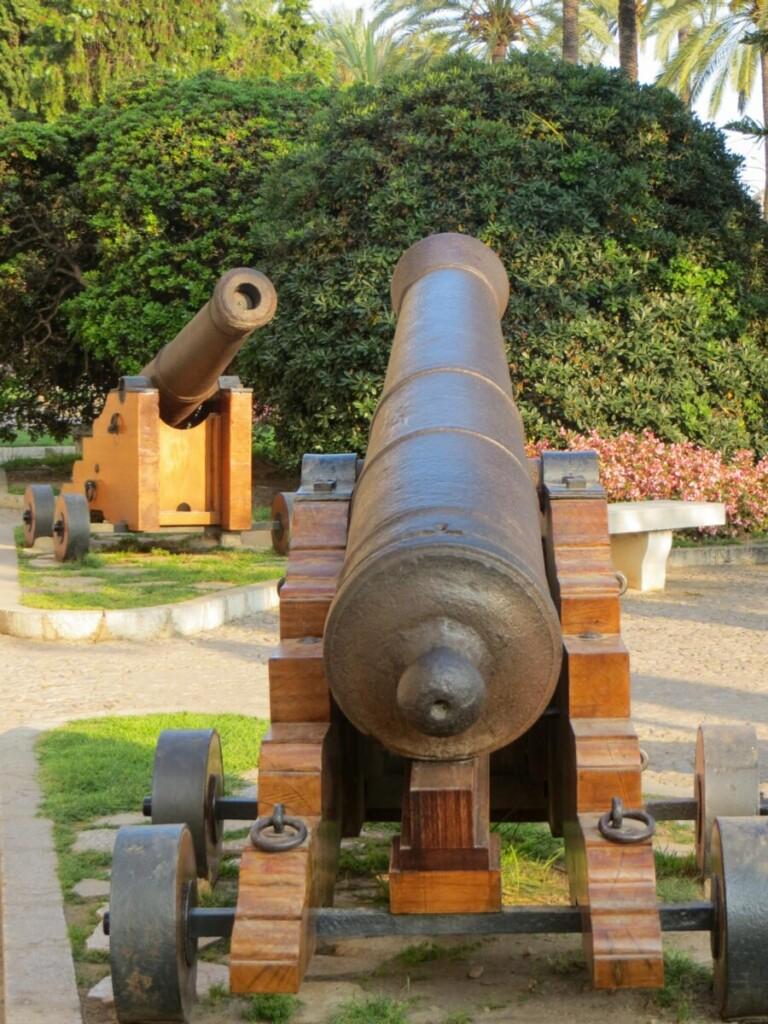 11 Kanonen Palau Reial de lAlmudaina Koenigspalast Palma de Mallorca Sehenswuerdigkeiten Balearen Spanien