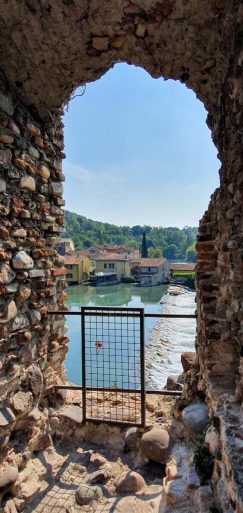 Ausblick von der Brücke Ponte Visconteo auf Borghetto sul Mincio Gardasee Venetien Italien