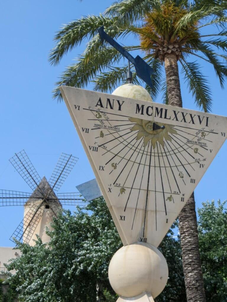 40 Sonnenuhr Windmuehle Molinos Del Barrio Jonquet Palma de Mallorca Sehenswuerdigkeiten Balearen Spanien